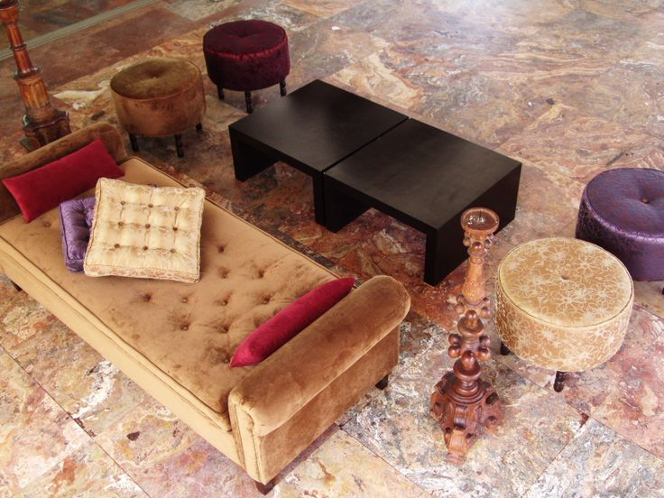 #sala retro de terciopelo con chaise long y otomanes