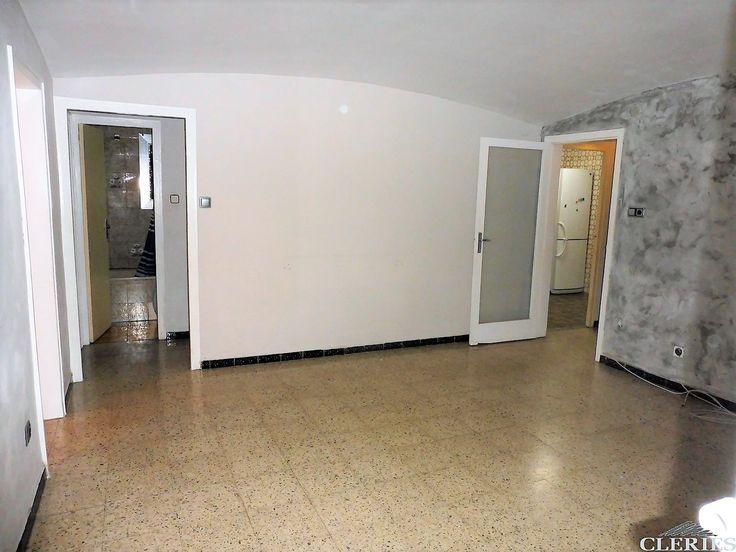 C / ALELLA-JUNT METRO VIRREI AMAT. Pis de 4 habitacions (2 dobles + 2 individuals) amb terrassa de 45m². Exterior al carrer i a pati d'illa. S'ha d'actualitzar. Lluminós. 1º real. Finca amb ascensor.