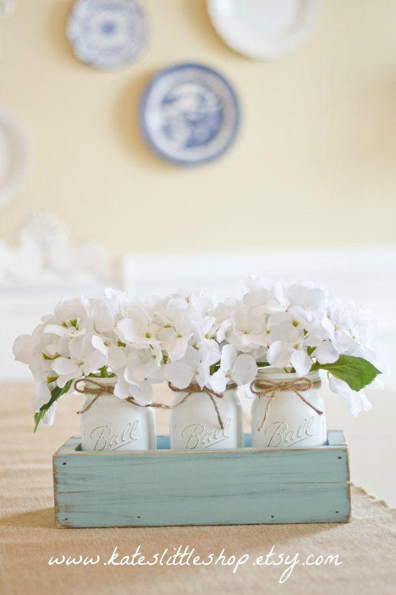 Jardinera rústica caja con estilo Vintage 3 Mason Jars. Vintage azul rústico hogar decoración centro de mesa. Lechada de cal manchada decoración de la boda. Azul.