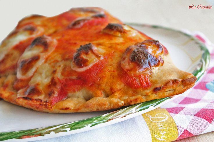 Pizza calzone senza glutine con prosciutto, mozzarella e melanzane fritte