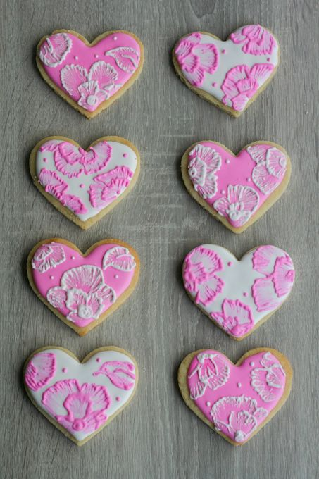 Brush Embroidery Sugar Cookies: How complicated (and beautiful) these look.  Its the perfect project for me and my cookie baking cuzzin.