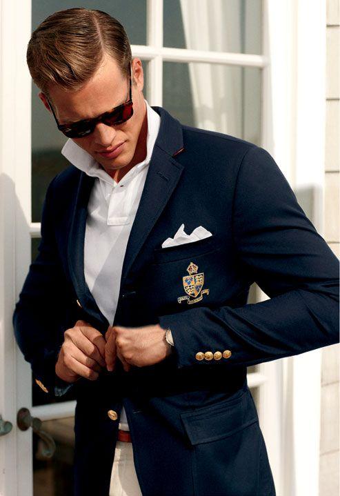プレッピースタイル、紺ジャケに白ポロシャツをあわせて