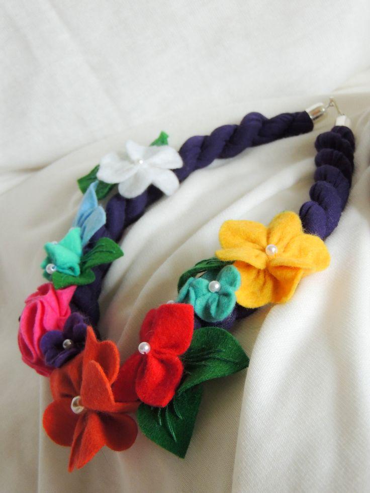 "Točený  úpletový náhrdelník ""Spring"" pošitý drobnými květy.Cena: 350,- Kč (13 euro)"