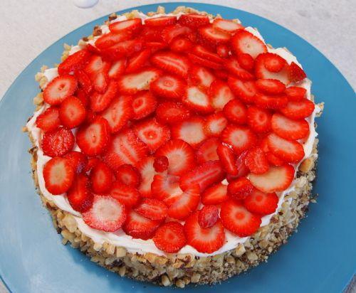 Opskrift på Sommerfrisk lagkage med baileycreme og bærsovs - Find lette opskrifter til at lave god mad