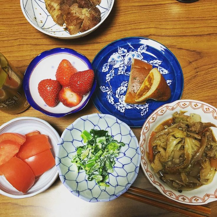 今日の晩ごはん #糖質制限 #lowcarb #lowsugar #keto #晩ご飯 #dinner #トマトカレー味ブランパン半分 #トマト #青菜おひたし #イチゴ #ビール13 #キャベツのクタクタ煮 (朝は新幹線でゆで卵1個とシーフードサラダ 昼はキャベツのクタクタ煮)