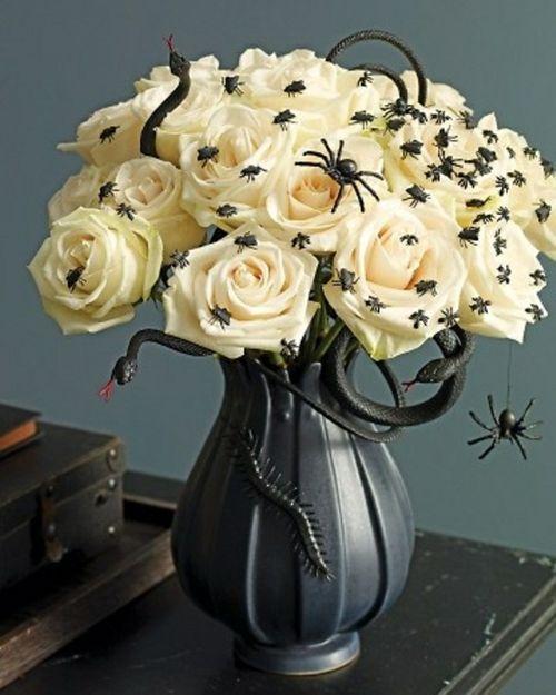 halloween tischdeko weiße rosen und deko insekten