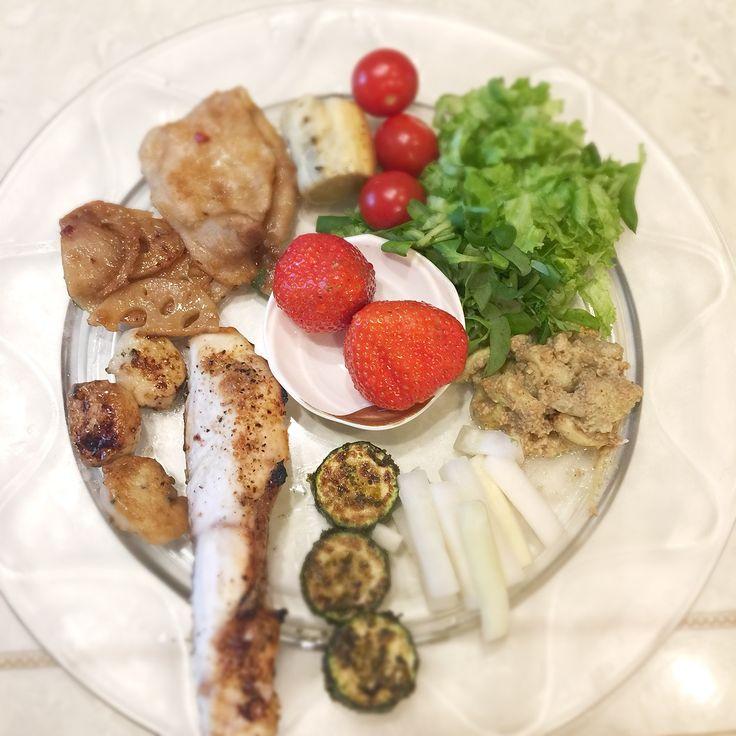 """Dr. Yumi Nishiyama's """"The Original Diet Plate"""" for beauty & health from japanese doctor‼️  Clockwise eating healthy foods from 12 o'clock on a large plate❣️  2017年1月31日の「ドクターにしやま由美式時計回り食べダイエットプレート」:女性医師が栄養バランスを考えた、美味しいプレートのご紹介。  大きめのプレートに、血糖値を急激に上げないように考えた食材を並べ、12時の位置から順番に食べるとても分かり易い方法です。  血糖値を上げないこの食べ方は、身体に優しく栄養補給ができるので健康を維持できます。オリジナルの⭐️西山酵素⭐️も最後に飲みます。  にしやま由美東京銀座クリニック 東京都中央区銀座2-8-17 ハビウル銀座Ⅱ 9階 Tel.03-6228-7950"""