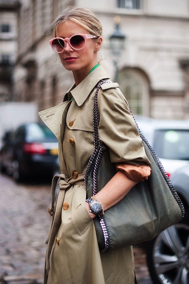 Wear your trench with bright accessories and a standout bag // #Fashion #StreetStyle
