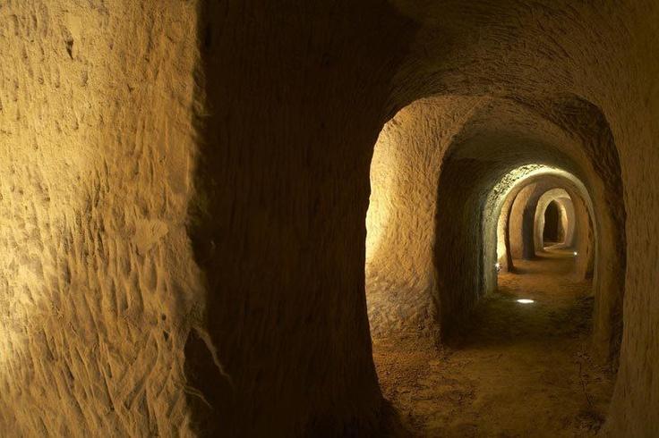 [Luoghi] Per un pomeriggio all'insegna del mistero immergetevi fra i suggestivi cunicoli delle Grotte di Osimo (AN). Una città sotterranea da scoprire lentamente, uno spazio in cui la forza dell'uomo si fa sentire in tutta la sua grandezza con un'energia che incanta e seduce, affascina ed emoziona. Un viaggio misterioso che vi sorprenderà! Info: http://www.osimoturismo.it/it/le-grotte.html