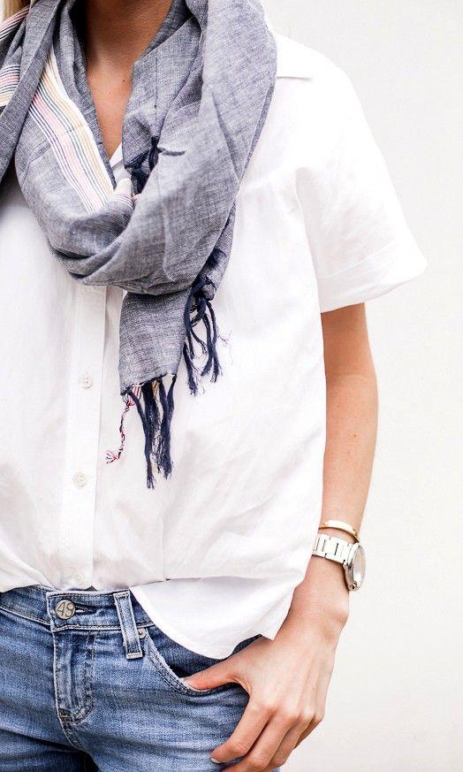 (スカーフ使い参考。シャツは綿だと硬すぎて白衣みたいになるからもう少し柔らかい素材で真っ白じゃないほうがいいかも) Lightweight striped chambray striped scarf with frayed edges