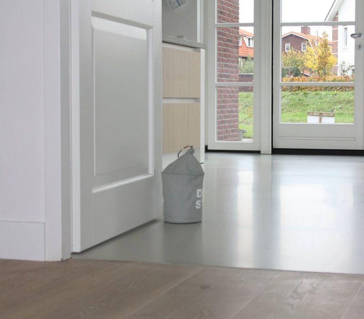 Gietvloer keuken overgang hout wit