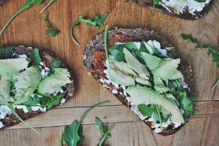 Recept: Lunch // Broodje Hüttenkäse met Avo, Rucola & Rode Pesto -