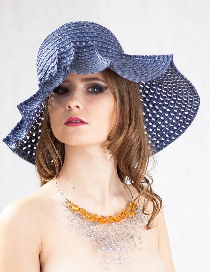kapelusz i naszyjnik