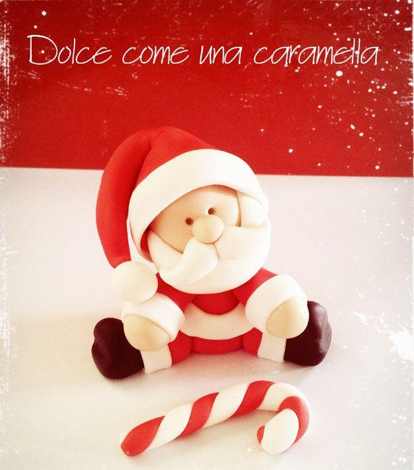 Un Babbo Natale in pasta di zucchero dolce e tondo. Seguite questo tenero e veloce tutorial di cake design e fatevi aiutare dai vostri bambini!http://www.cakemania.it/come-si-fa/babbo-natale-in-pasta-di-zucchero/