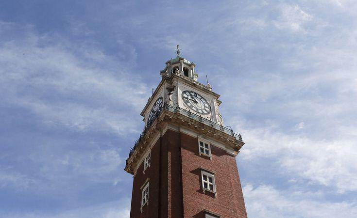 Fachada de la torre monumental con fondo de cielo soleado.