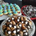 Mini  entremets pour un buffet .Vous y trouvez  mini cupcake ,mini carré choco et coconuts et des cornets a crème légère .
