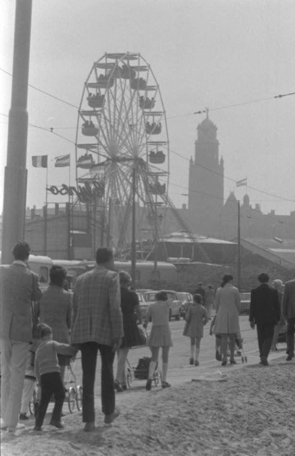 Kermis op het Heliport-terrein, aan de Hofdijk, ter gelegenheid van koninginnedag, 1972