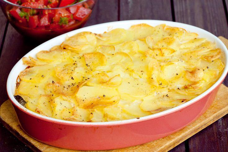 Lekka zapiekanka z cukinii z dodatkiem ziemniaków i fety, o lekko cytrynowej nucie. Idealna na letni obiad