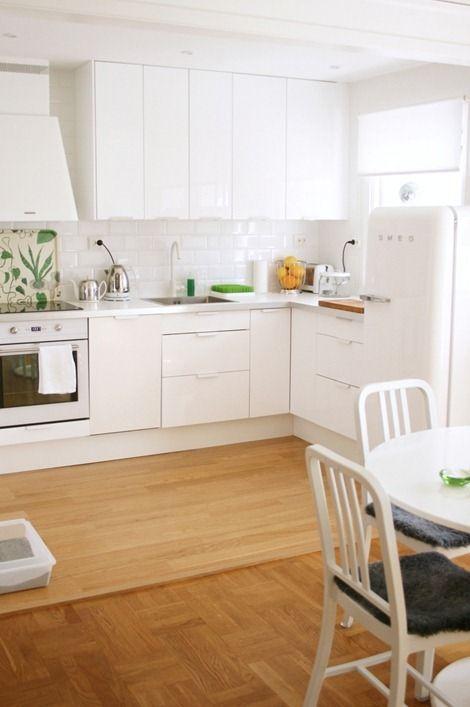 Chez Larsson's pristine white kitchen. Love the Smeg fridge and Svenskt Tenn tray. Benita has the best taste! #chezlarsson #SvensktTenn #kitchen