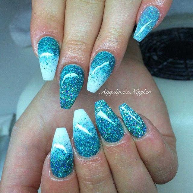 Fick leka lite imorse på Stinas naglar turkost glitter i olika form å färg