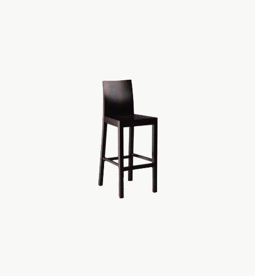 Barstol i trä som går att få i många olika träfärger. Barstolen är tillverkad i trä med bets. Stolen väger 7,1 kg, vilket är en normal vikt för en barstol. #azdesign #barstol #svart #inredning #pagedmeble
