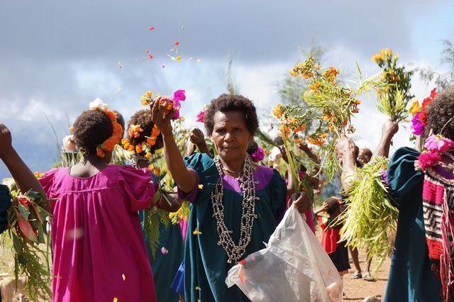 """Im Finschhafen-Distrikt in Papua-Neuguinea  lebt Pastor Walter Teunzac. Er ist für die Verbindungen zu den Dörfern der verschiedenen Stämme und den Partnerkirchen zuständig. Er gewährleistet Versorgung in den Bereichen Bildung, Medizin und Austausch. Doch Walter hat ein Problem. Er braucht einen neuen Jeep, um zuverlässig das """"Hinterländ"""" zu erreichen. Mit eurer Unterstützung kann der Pastor einen neuen Jeep kaufen, um die Menschen zu versorgen…"""
