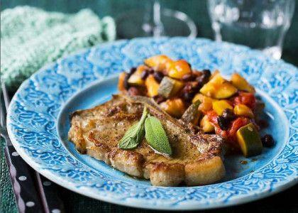 Med bönor i ratatouillen får du en bra balans i måltiden utan ytterligare tillbehör i form av potatis/pasta eller ris. Kalvkotletter kan bytas mot billigare fläskdito.