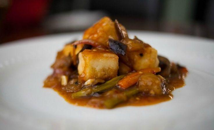 Cubotti di tofu fritto con melanzane e carote alla soia