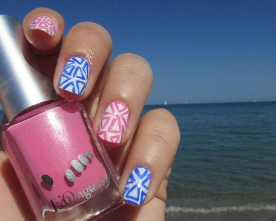 Nail art triangles roses et bleu avec le Blanc d'Essie, Kiko et Love Power, l'Onglerie.