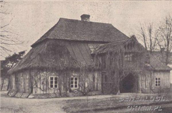 Skąpe Drewniany dwór z podwójnie załamanym dachem, ułożonym w tzw. mansard polski, dwór spłonął w 1912 r. data: 1912 r. miejsce: Skąpe, pow. wrzesińskiKliknij aby zobaczyć pełny rozmiar