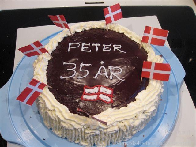 Ved godt flaget er forkert, men havde ikke mere rød glasur      Mørke lagkagebunde lagt sammen med kagecreme, bananer og daim.  Pyntet med...