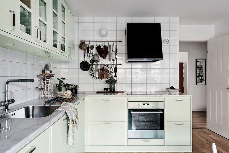 Ett praktiskt och lättarbetat kök med generöst med skåpsförvaring med rymliga lådor. Bäckegatan 22 - Bjurfors