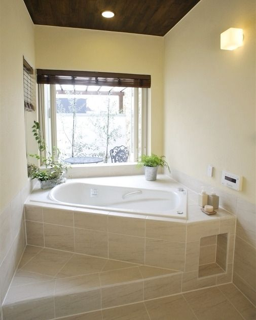 床にはあたたかみのある石材を天井はチーク材使ったリゾートの雰囲気漂ようバスルーム   南フランスの旅の想い出を #大浦比呂志創作デザイン研究所    #バスルーム#浴室 #bath #タイルライフ #tilelife #家づくり #マイホーム #新築 #リノベーション #リフォーム #家づくり #工務店 #マイホーム計画 #一戸建て #住まい #建築家 #戸建 #マイホーム計画中 #石材 #石貼り #石張り #ライムストーン #ハウスノート #housenote