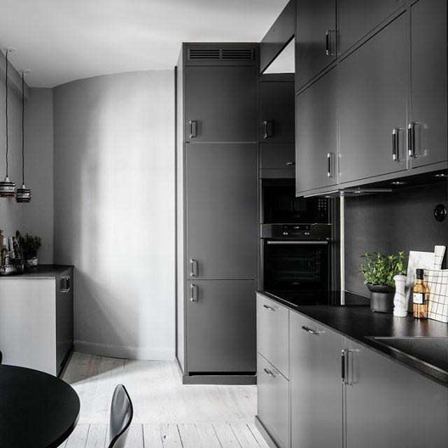 | KÖK | Att gråa kök har blivit det vita kökets utmanare märks tydligt, i alla fall här hos oss på Ballingslöv.  Här ser ni köksluckan Bistro i färgen mörkgrått som bryts av med en svart bänkskiva. Snyggt, eller hur?  | Ballingslöv  Repost: @ahrefastighetsbyra  #kök #gråttkök #bistro