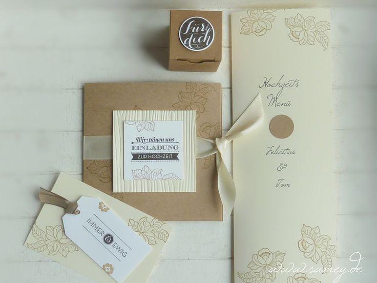 Hochzeitseinladung aus Kraftkarton, die dazu passende Menükarte, eine kleine Schachtel ebenfalls aus Kraftkarton für Gastgeschenke und bestempeltem Button,