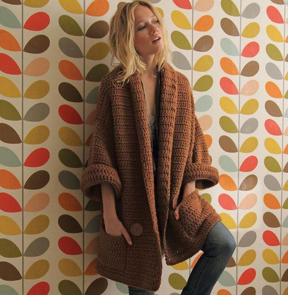 La veste au crochet manches longues très estivale et très mode est crochetée en 'Laine RAPIDO' coloris caramel. Cette qualité joue sur un bel effet régulier, ligne ultra longue, au tombé décontracté, qui allonge joliment la silhouette. Ce modèle dispose de 2 poches et d'un bord en mailles côtelées.Modèle n°09 du mini-catalogue N°595 : Femme, Printemps/été 2015