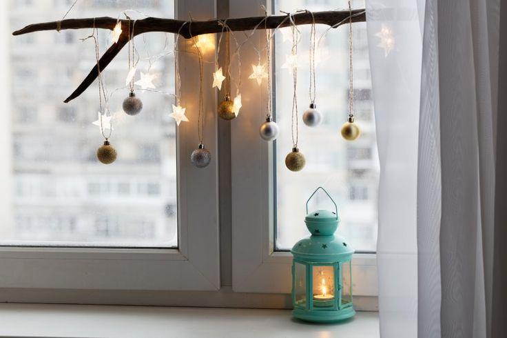 Die schönste Weihnachtsdeko fürs Fenster -                         Holz kann aber auch ganz naturbelassen als Weihnachtsdeko fürs Fenster zum Einsatz kommen. Behängen Sie doch einen schönen Ast mit kleinen Weihnachtskugeln und Lichtern.