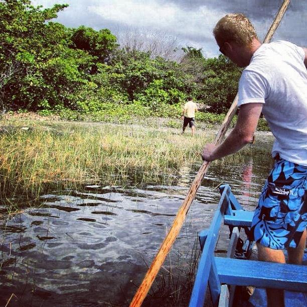 Lagoa Azul / Jijoca de Jericoacoara , Ceará / Areia branca e bancos de madeira dentro d'água para servir de trampolim. Esta lagoa tem uma grande extensão, e sua paisagem se compara ao colorido do Caribe. Por @v3matos