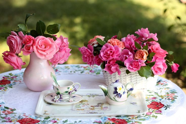 Herbatka na świeżym powietrzu wśród róż