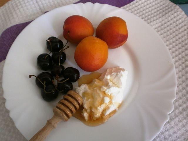 apricot cherry smoothie: 3 apricots, 6 black cherries, 1 TB honey, 1TB yogurt, 1TB oats, 3 ice cubs #yum