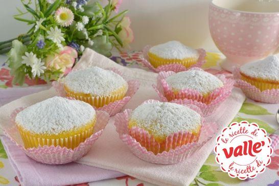 Siete golosi e vi piacciono le #fragole? Allora dovete per forza scoprire i dolci #Tortini allo yogurt alla fragola! #BuonaMerenda.  Clicca e scopri come preparare questa dolce #ricetta...
