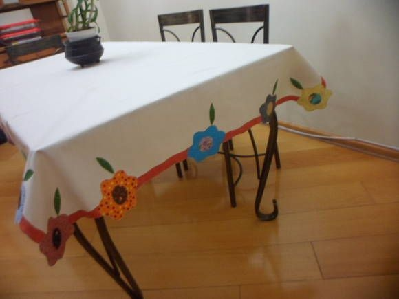 Toalha de mesa confeccionada em algodão cru e aplicada a máquina. Os motivos de aplique podem variar. O valor vai depender do tamanho de cada toalha.