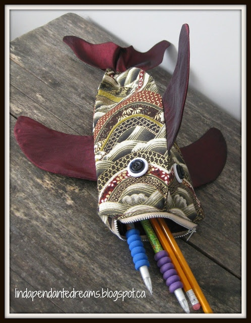 lindapendante dreams: Zip Lipped Fish Pouch With Tutorial.  Seriously. Aaron needs this pencil case.  Maybe in shark colours.