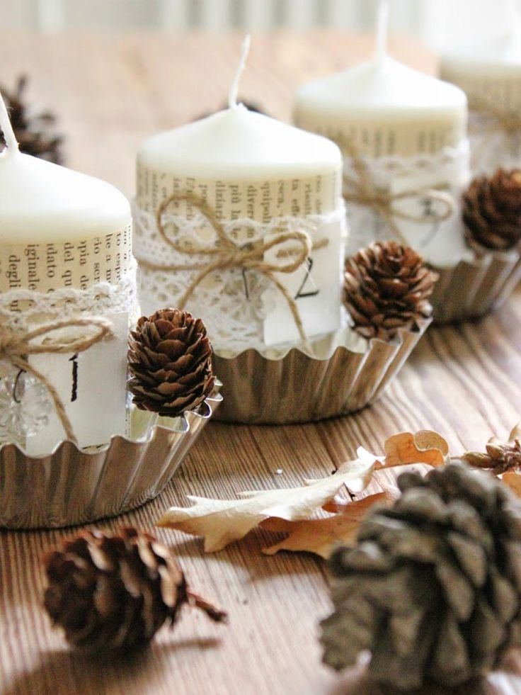 <b>Adventní věnec z formiček na cukroví</b><br/> Formičky nemusíte použít jen na pečení vánočního cukroví. Udělejte si z nich držáky na svíce. Výroba adventního věnce je hotová za pár minut.