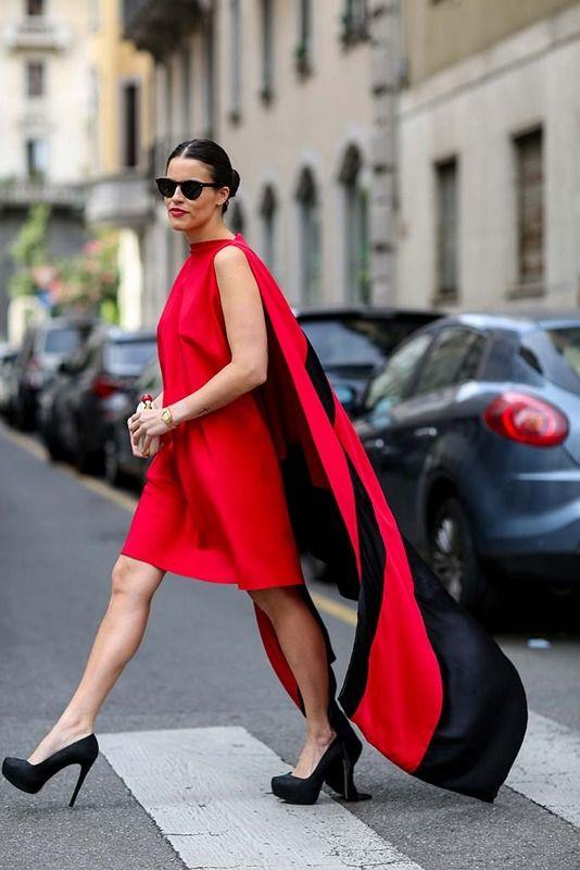 En rojo sigue nuestra siguiente propuesta, que añade el negro a un vestido de líneas rectas sin mangas con capa. El negro completa esta idea.
