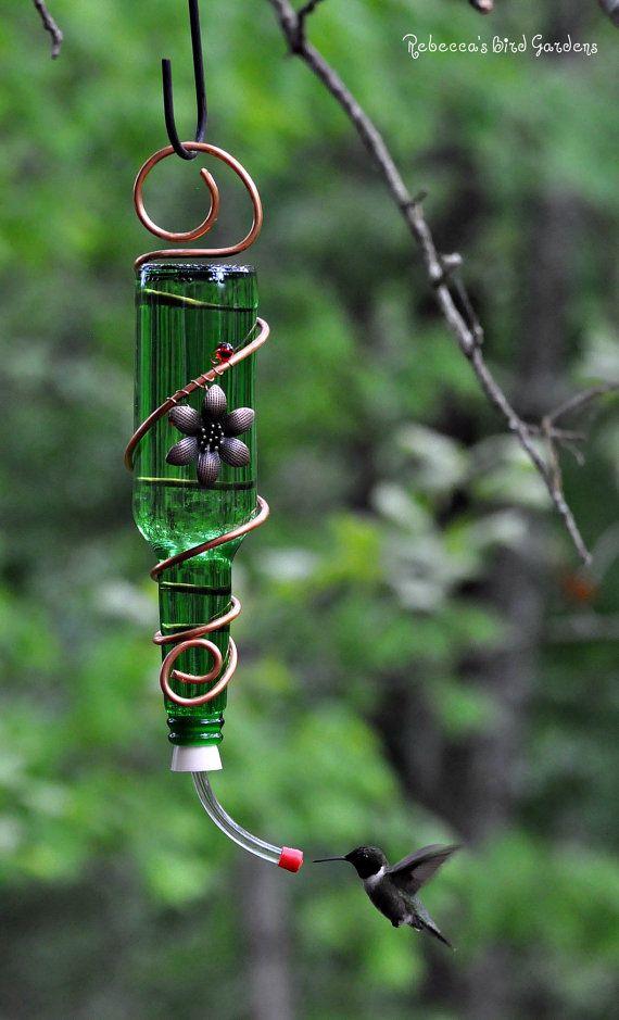 Glazen fles Hummingbird Feeder ~ Het zoete Shoppe Voorzien van 12oz glazen fles, koperen draad, decoratieve accenten (rode glas hart / witte glasparels - koper gekleurde metalen kolibrie, bloem of rode medaillon / rood glas kralen). Deze feeder is een goedkope aantrekkelijke tuin kunst die kolibries trekken zal - maar het heeft wel een neiging om te lekken of infuus. Ik ben overgestapt naar een adapter met een kogellager een paar jaar geleden omdat ik het gevoel dat het bijdraagt t...