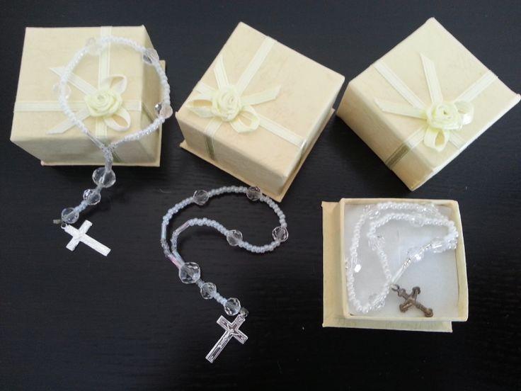 Recuerdo para Comuniones.Mini Rosario,hecho Artesanalmente con Rocallas de 3 Tamaños y una pequeña cruz . Especial Comunión o Bautismo.Envíos a toda España.4 € unidad.