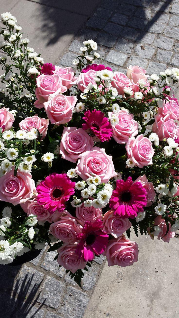 Dagens Blommogram är en hälsning från soliga Norrland. Den här helt fantastiska buketten har vi fått från Interflora Fresh Gällivare. Buketten var till en 80-årsuppvaktning och innehåller heaven rosor, aster och härlig germini. #blommor #rosor #germini #aster