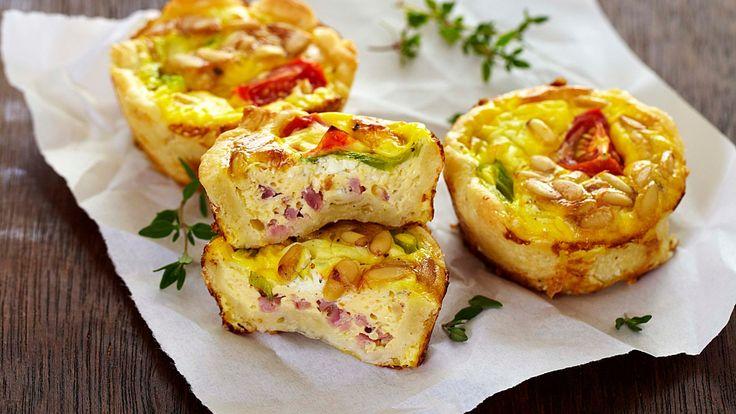 Nydelige porsjonspaier med kremost, cherrytomat og kokt skinke. Små porsjonspaier er populært å få i matpakken, til lunsj og til middag.