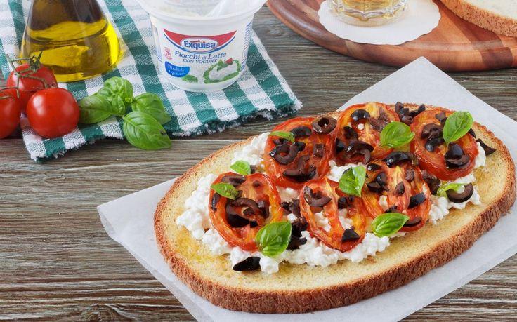 Bruschettona con pomodori arrostiti e formaggio in fiocchi